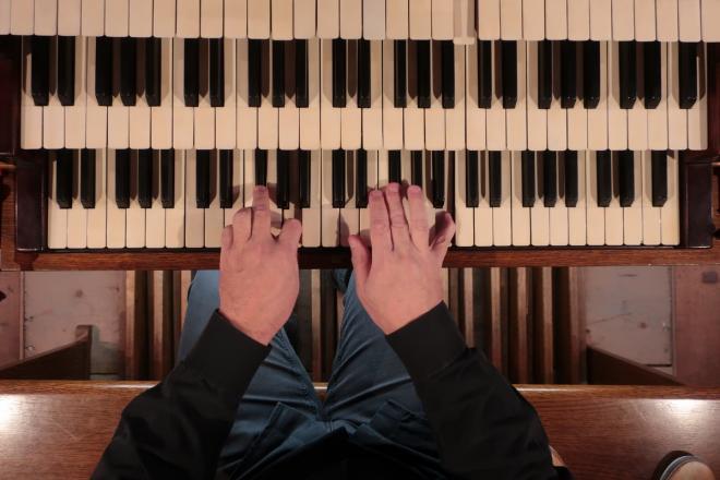 Claviers de l'orgue Merklin et mains de J.L. Iffrig