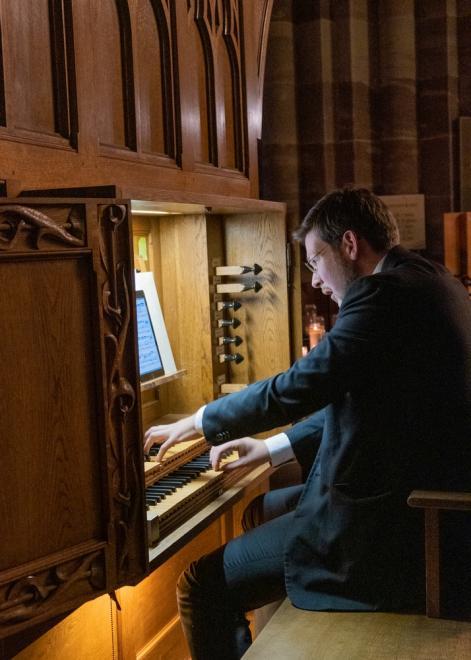 Thomas Kientz à la console de l'orgue Koenig