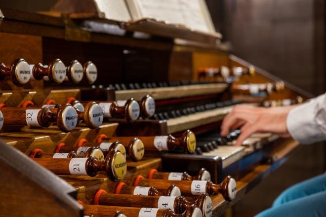 Aux claviers de l'orgue Merklin