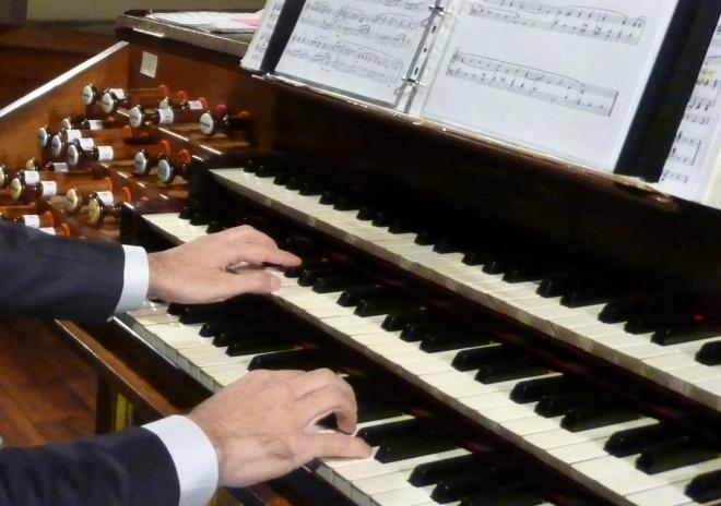 les mains de l'organiste L. Mengoni