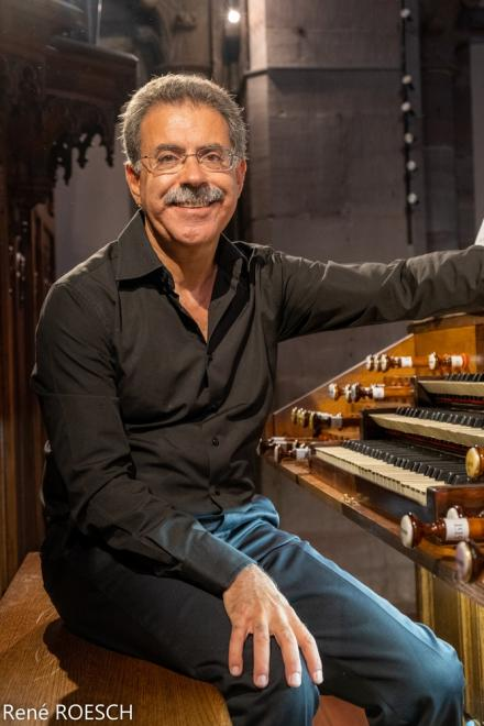 Juan Paradell Solé devant la console du grand orgue Merklin