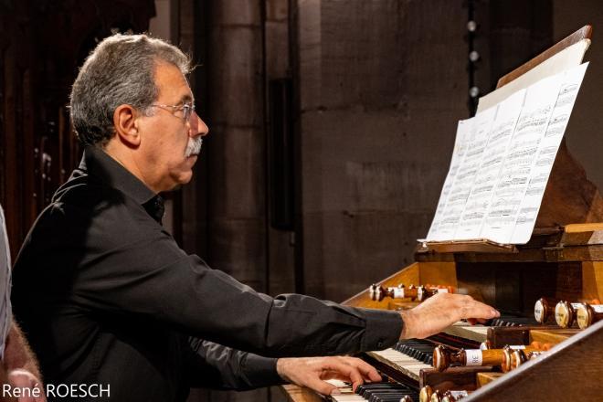 Juan Paradell Solé en pleine interprétation sur l'orgue Merklin