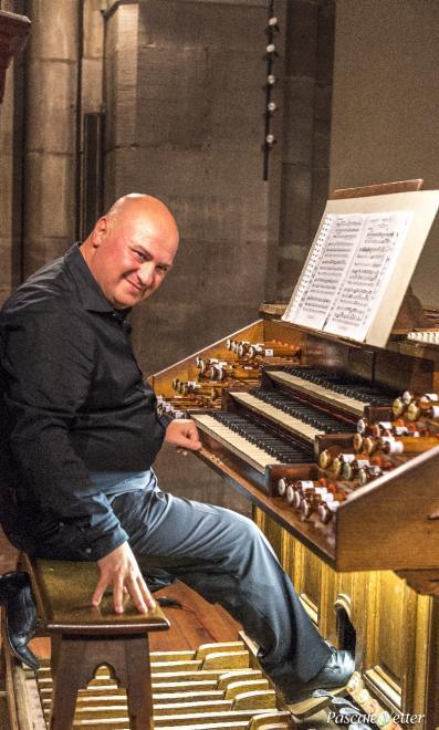 Omar Caputi à l'orgue de tribune