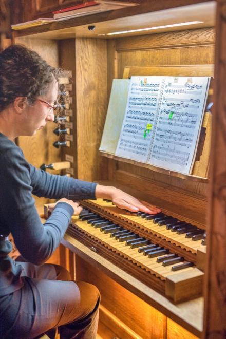 Aurore Baal sur une de ses compositions