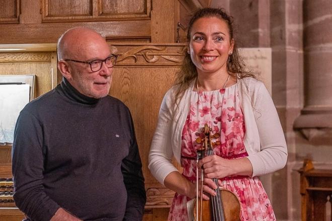 Daniel Pandolfo et Natacha Triadou devant l'orgue de chœur