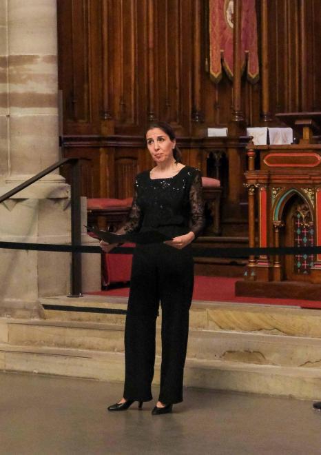 Sylvia  Martinelli  soprano devant le chœur